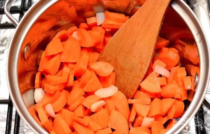 2. Выложите нарезанную кружочками очищенную морковь.