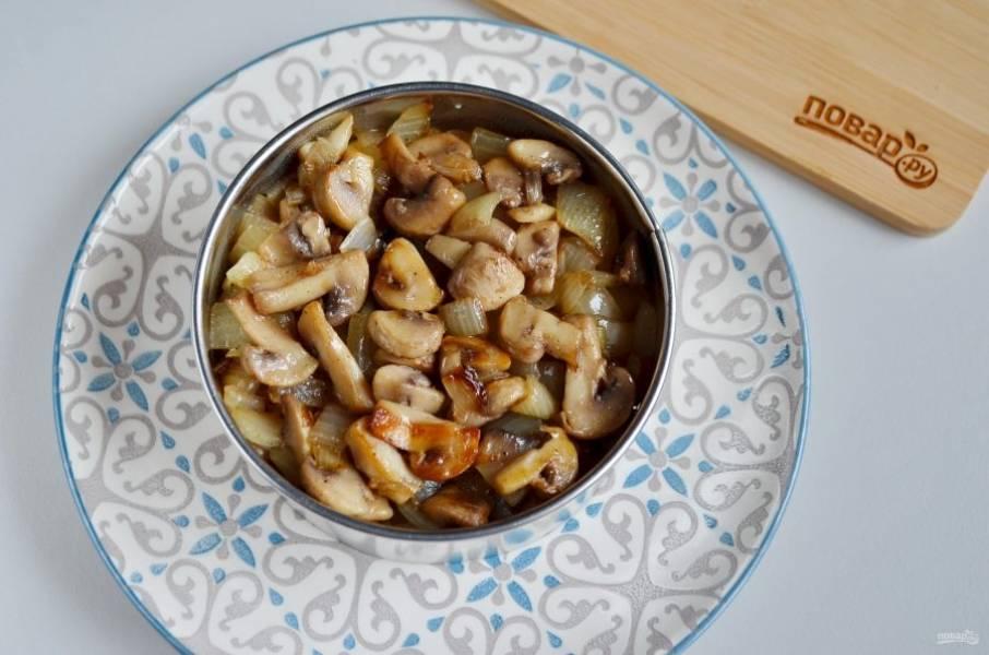 Далее слой грибов с луком. Майонезом слой не смазывайте.