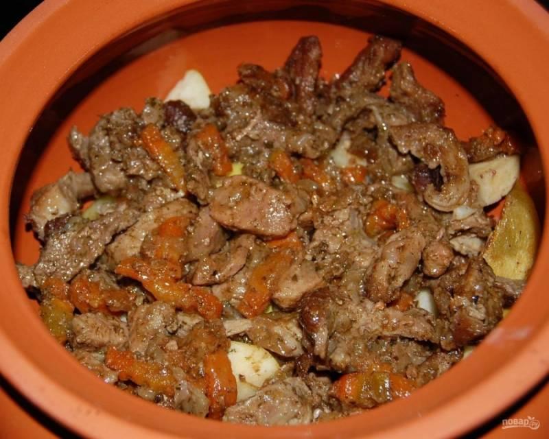 15.Выкладываю мясо, обжаренное с овощами на сковороде, в таком же порядке заполняю каждый горшочек до самого верха.