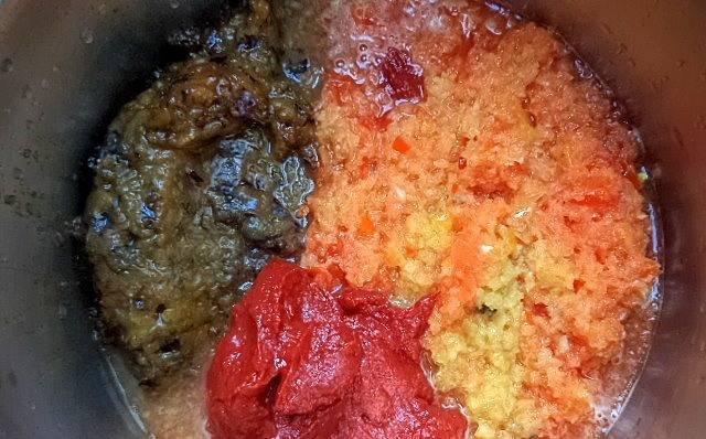 3. Смешаем оба вида пюре с томатной пастой. А затем добавим соль, сахар. Перемешаем еще раз и ставим вариться на маленький огонь на полчаса. Через 25 минут добавим уксус.