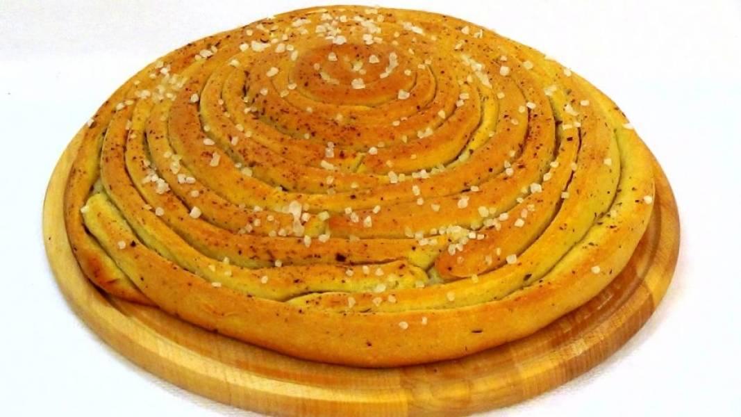 4. Смажьте хлеб оставшимся маслом, посыпьте крупной морской солью и отправьте в разогретую до 250 градусов духовку. Убавьте температуру до 200 градусов и выпекайте 30 минут. Приятного аппетита!