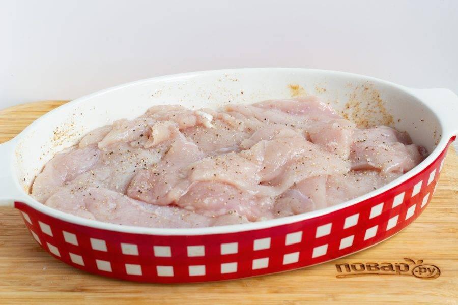 Затем слой мяса, можно внахлест. Не должно быть больших промежутков между кусками.