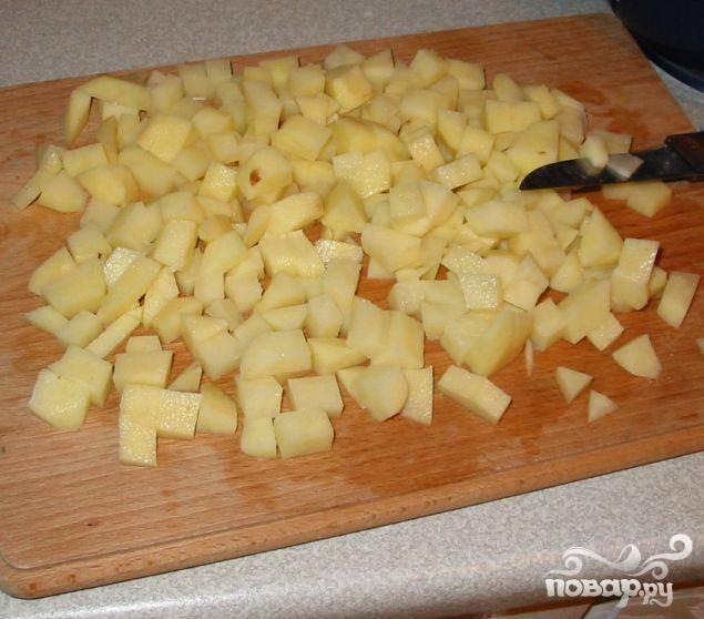 3.Картофель почистить и порезать кубиками. Это можно сделать во время пассерования лука