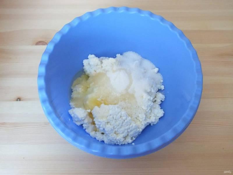 Приготовьте начинку. Смешайте творог, яйцо, сахар, ванилин, кокосовую стружку, манную крупу.