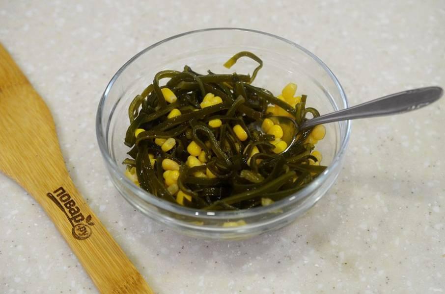 1. С капусты и кукурузы слейте жидкость, соедините продукты в одной миске.