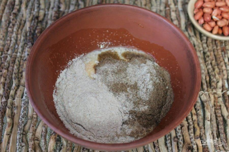 Насыпаем 2 вида муки, соду и замешиваем тесто. Если тесто получается густое, добавляем еще ложку сметаны.