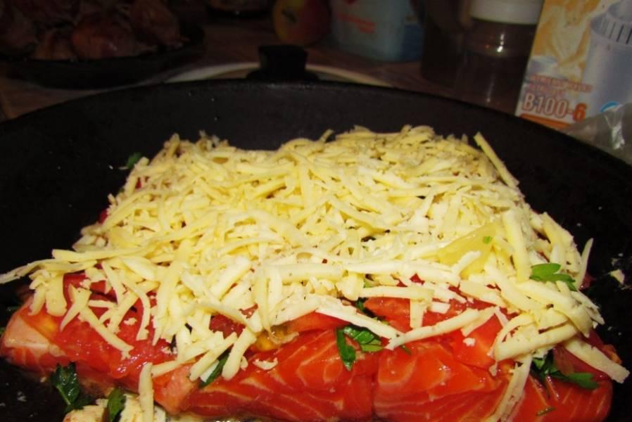 Сверху присыпаем тертым сыром, ставим блюдо в духовку запекаться. Примерно 30 минут, температура 200 градусов.