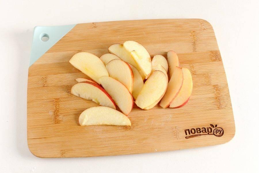 У яблока вырежьте середину и нарежьте дольками. Если шкурка жесткая, то ее лучше убрать.