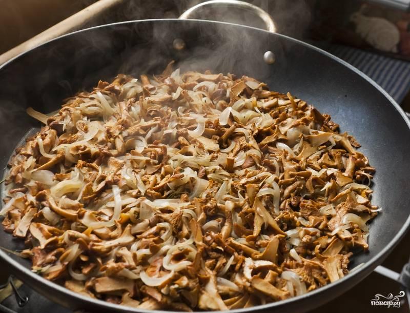 Готовим начинку. Для этого сковородку ставим на средний огонь и наливаем в нее оливковое масло. Затем на сковородку закидываем лук, нарезанный полукольцами, затем, практически сразу, складываем нарезанные грибочки, добавляем листья тимьяна. Обжариваем все в течение 10 минут, постоянно перемешивая. Солим, перчим. Далее готовую начинку отставляем в сторону.