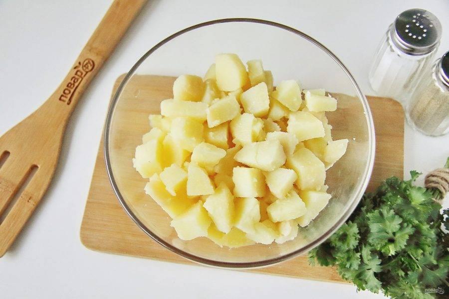 Картофель очистите и нарежьте кубиками, причем можно использовать как теплый, так и уже остывший.