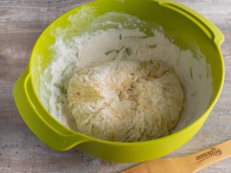 Затем постепенно введите муку и замесите тесто.