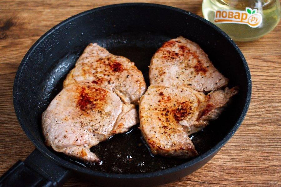 На сковороде разогрейте оливковое масло. Обжарьте стейки с одной стороны до аппетитной коричневой корочки. Во время жарки мясо не двигайте и не протыкайте. Переверните стейки и обжарьте до такой же корочки. С каждой стороны я обжаривала по 3 минуты, до состояния Medium. Щипцами поставьте стейк на бок и прожарьте со всех боков, чтобы запечатать сок внутри мяса.  Снимите мясо со сковороды, дайте отдохнуть 5-7 минут.
