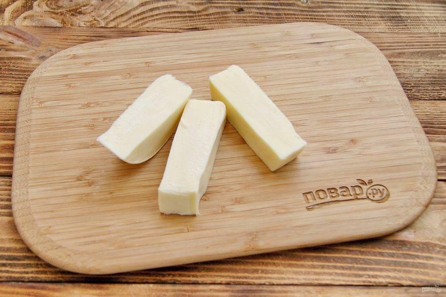 Сыр нарежьте брусочками на порции.