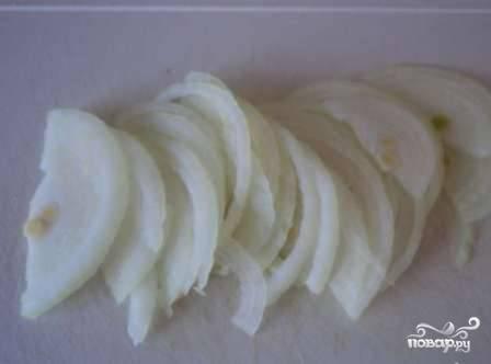 Чистим лук, нарезаем тонкими полукольцами и обжариваем на растительном масле до мягкости. Если любите лук - можно взять 2 луковицы.