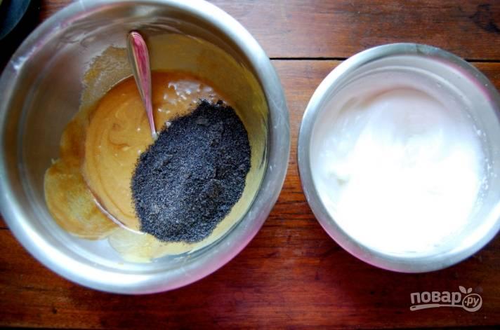 1.Соедините мягкое сливочное масло с сахаром, взбейте. Отделите белки от желтков, введите в миску к маслу желтки, затем измельченный мак и пюре из чернослива. В другой миске взбейте куриные белки до мягких пиков.