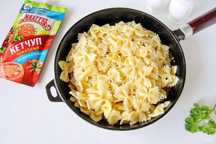 Положите сваренные макароны. Добавьте специи и соль по вкусу. Аккуратно перемешайте и прогрейте буквально 5-7 минут.