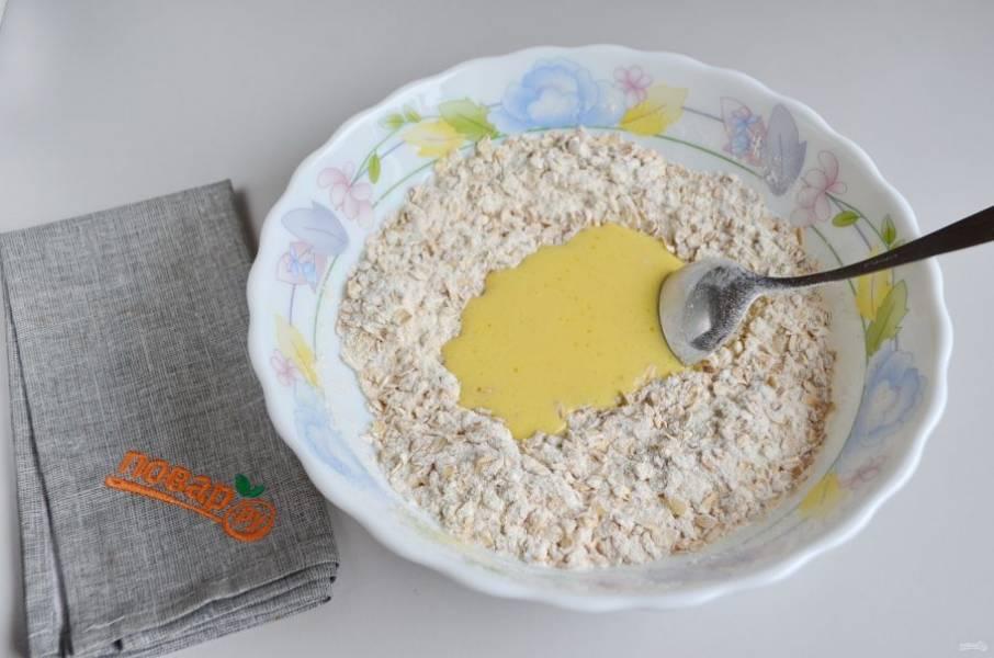 3. Сливочное масло поставьте на 30 секунд в микроволновку, растопите. Влейте его к сухим ингредиентам.