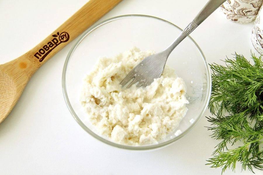 У хлеба срежьте корки, мякоть покрошите руками и замочите в молоке на 10-15 минут.