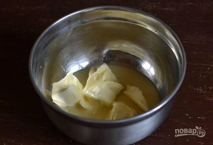 Достаньте сливочное масло из холодильника и дайте ему постоять при комнатной температуре пару часов, чтобы оно стало мягким. Нарежьте масло на куски и выложите в миску. Добавьте к нему сгущенное молоко.