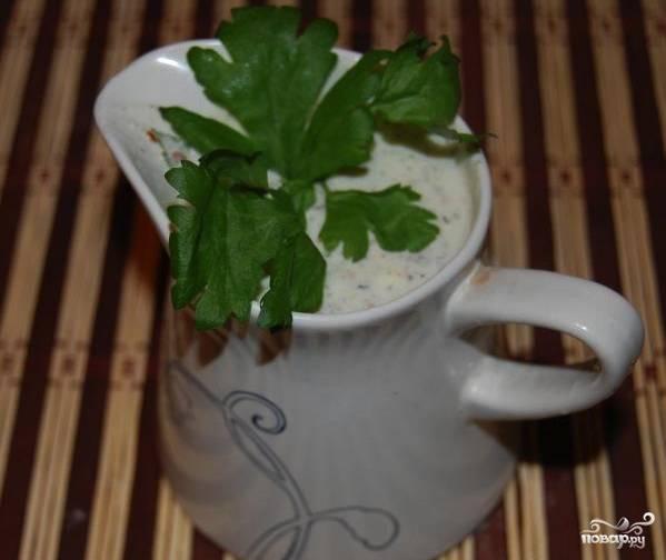 Готовому соусу лучше дать настояться в прохладном месте несколько часов. Так он сможет вобрать в себя ароматы зелени и приправ. Затем соус перелейте в соусницы и подавайте к столу.