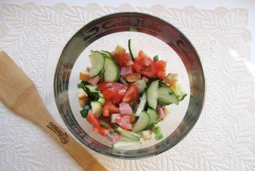 Салат посолите по вкусу. Заправьте растительным маслом и уксусом. Хорошо перемешайте.
