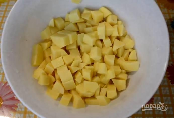 1.Картошку очистите, нарежьте кубиками и поставьте вариться в подсоленной воде.