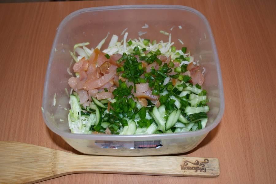 Соедините капусту, курицу, огурцы, добавьте измельченную зелень.