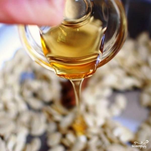 Вслед за сахаром добавляем в сковороду мед.