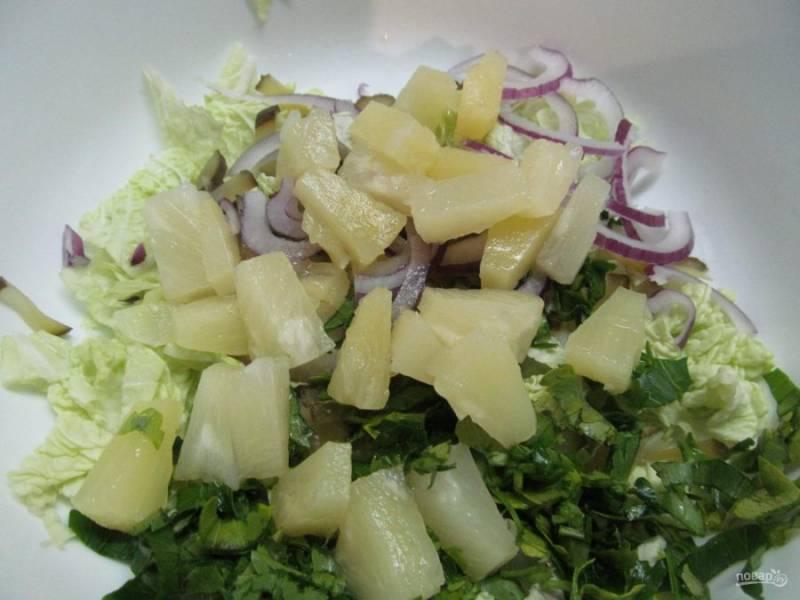 Кубиком нарежьте ананас и добавьте в салат. Заправьте салат оливковым маслом, посолите и поперчите. Перемешайте.