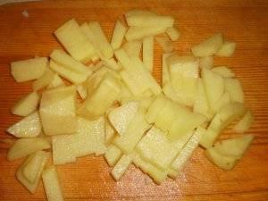 Картофель натираем на крупной терке или нарезаем кубиками.