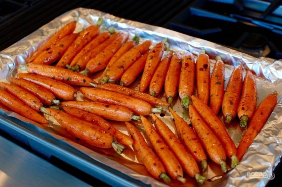 5.Поместите морковь на противень, застеленный фольгой.