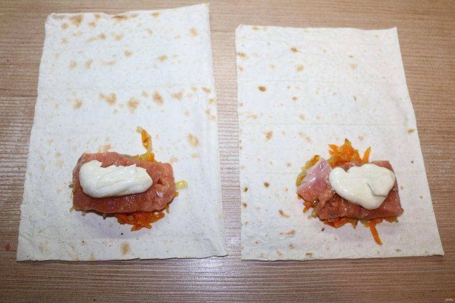 На кусочек рыбы выложите по 1 ст. л. сметаны с горчицей.