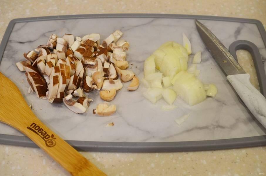 3. Лук и грибы нарежьте и обжарьте на сковороде.