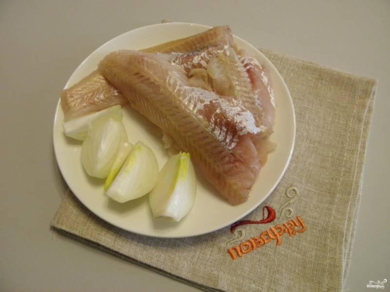 Луковицу порежьте на 4 части части. Рыбу отделите от кожи и костей.
