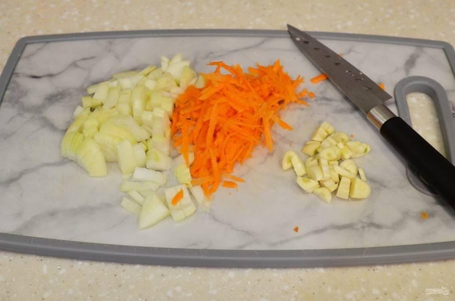 Чеснок и лук мелко порубите, морковь натрите на терке.
