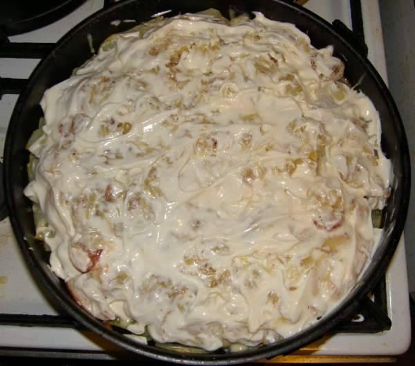 Сверху смажьте майонезом. Поставьте запеканку в духовку ещё на 15-20 минут.