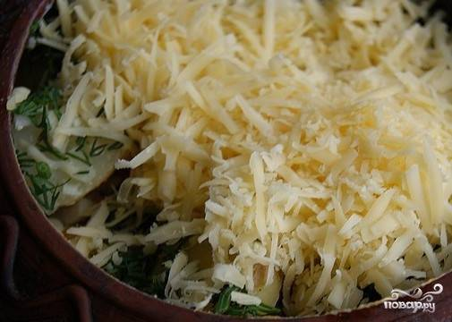 Сверху распределить тертый сыр.