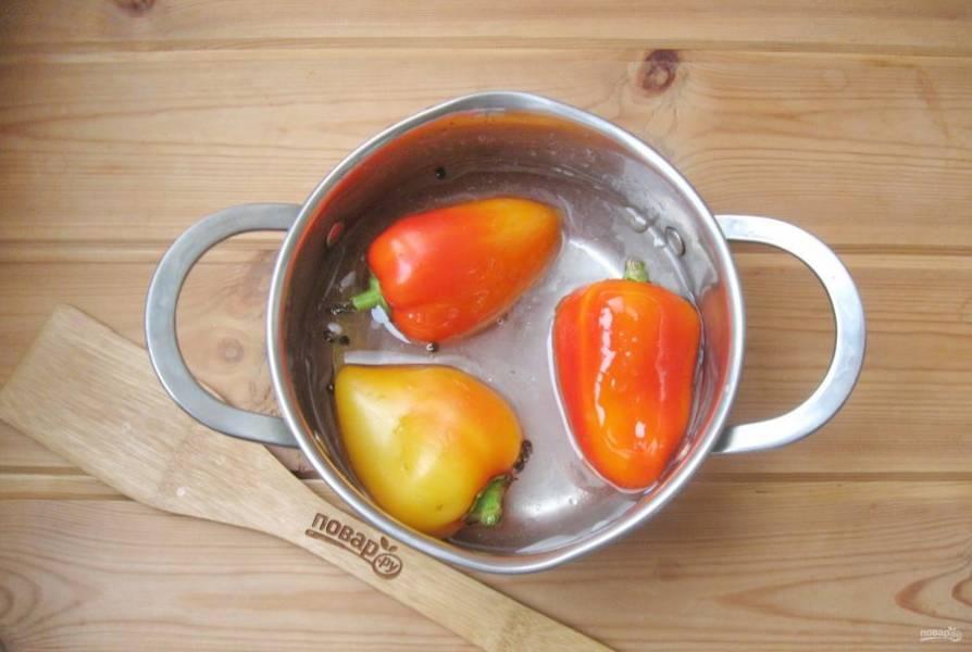 Выложите в кастрюлю перцы. Доведите до кипения и варите 7-8 минут на среднем огне.