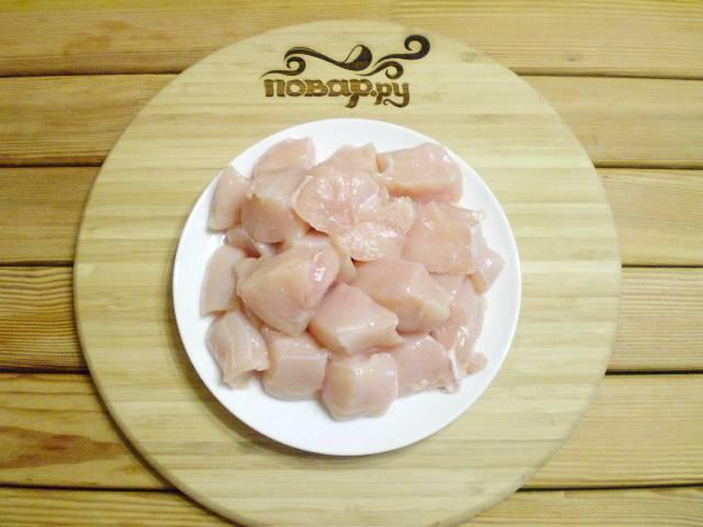 Куриное филе вымойте и обсушите салфеткой. Порежьте средними кусочками.