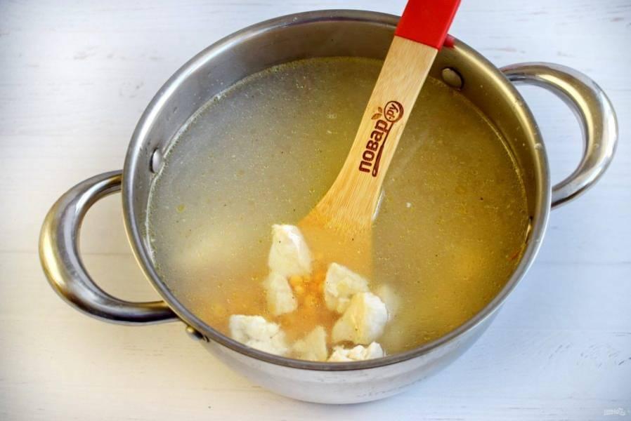 Горох и обжаренное мясо залейте горячей водой, доведите до кипения, снимите пену. Готовьте на медленном огне.