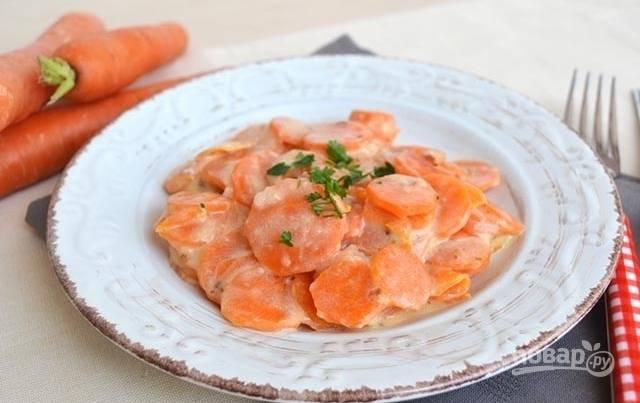 Подайте морковь, тушенную в молоке, горячей, посыпав мелко нарезанной петрушкой.