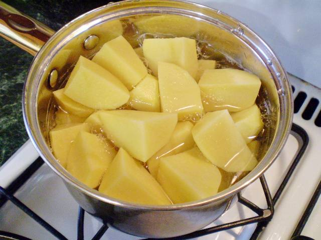 2. Сначала нужно отварить картофель для начинки. Для этого порежьте его крупно, залейте водой, посолите и варите 25 минут под крышкой.