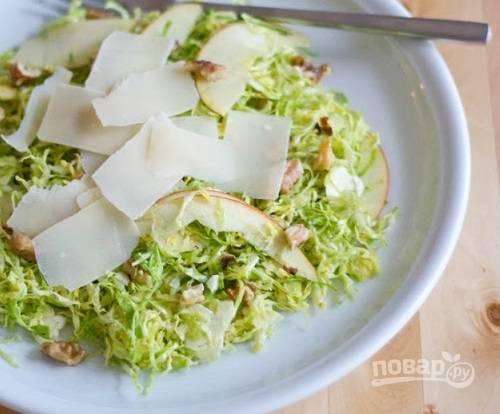 Перед подачей посыпаем салат орехами и сыром.