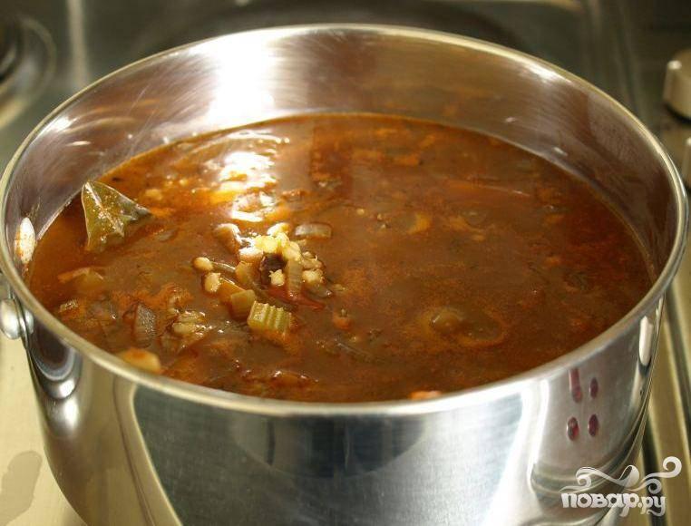 2.Пока кипит говядина, готовим овощи. Нарезать морковь, лук, сельдерей, помидоры крупными кусочками. Добавить крупно нарезанные морковь, лук, помидоры и сельдерей в кастрюлю с говядиной и хорошо перемешать. Дать супу покипеть 2 часа 45 минут, несколько раз перемешивая в процессе приготовления. Почистить и порезать кубиками картофель и добавить его в суп. Накрыть крышкой и дать покипеть еще 45 минут, пока картофель не приготовится.