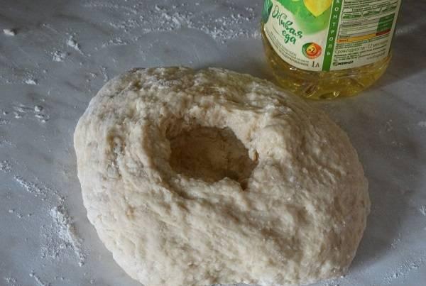 6. Последним добавить в рецепт приготовления бездрожжевого теста для жареных пирожков нужно растительное масло. В результате должно получиться мягкое, эластичное и очень легкое в работе тесто.