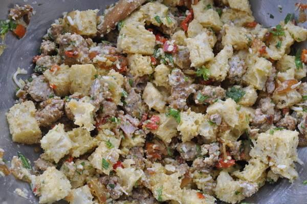 2. На оливковом масле обжарим измельченный лук и шампиньоны. Если сухариков нет, обжарим на этой же сковороде кусочки хлеба. Затем высыпаем смесь в миску, добавим сюда же мякоть кабачков, измельченный перец и петрушку, а также — чуть взбитые яйца. Смешаем. Специи - по вкусу.