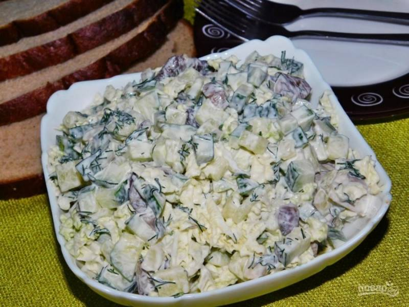 Добавьте нарезанный укроп и заправьте салат майонезом. Приятного аппетита!