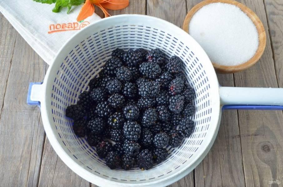 Ягоды тщательно вымойте под проточной водой. Удалите хвостики, если они есть. Очень важно, чтобы в варенье не попала пыль, грязь, мошки, порченные ягоды, ведь варенье вариться не будет, а сахар не спасет больные ягоды.