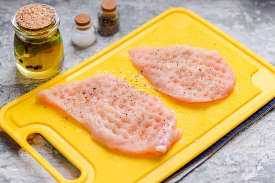 Филе курицы ополосните и просушите, нарежьте на пластины. Отбейте филе кухонным молотком.