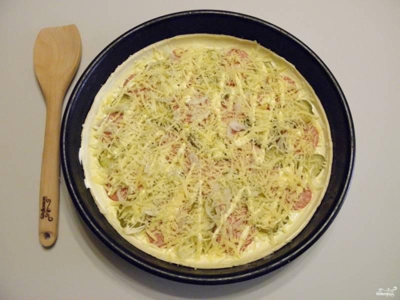Затрите щедро сыром. Соль и специи по желанию. Я не использовала совсем. Отправьте пиццу в горячую духовку на 12-15 минут, температура 250 градусов.